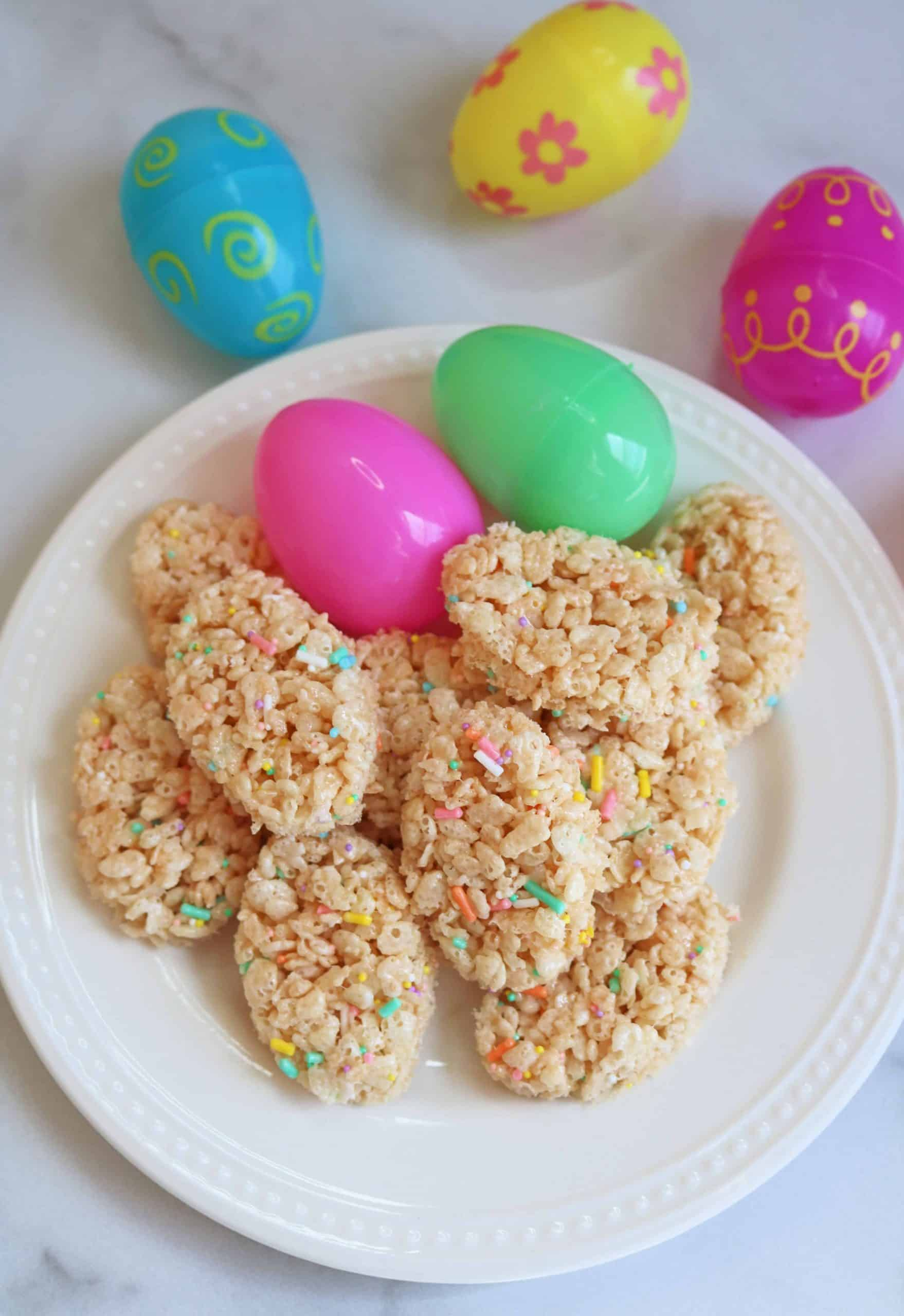 Make these Adorable Easter Egg Rice Krispie Treats for an easy, no bake dessert for Easter Sunday! Kids and adults will love these yummy Easter Rice Krispie treats and all you need is an egg cookie cutter and some sprinkles! #ricekrispietreats #ricekrispies #easterrecipes #easterdesserts #nobake