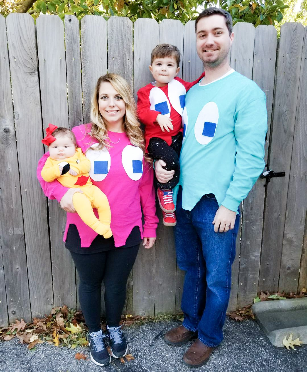 Pacman Family Halloween Costumes - Check out these 40 cute and creative Halloween costume ideas for women, couples, families, and friends! #halloween #halloweencostumes #halloweencostumeideas