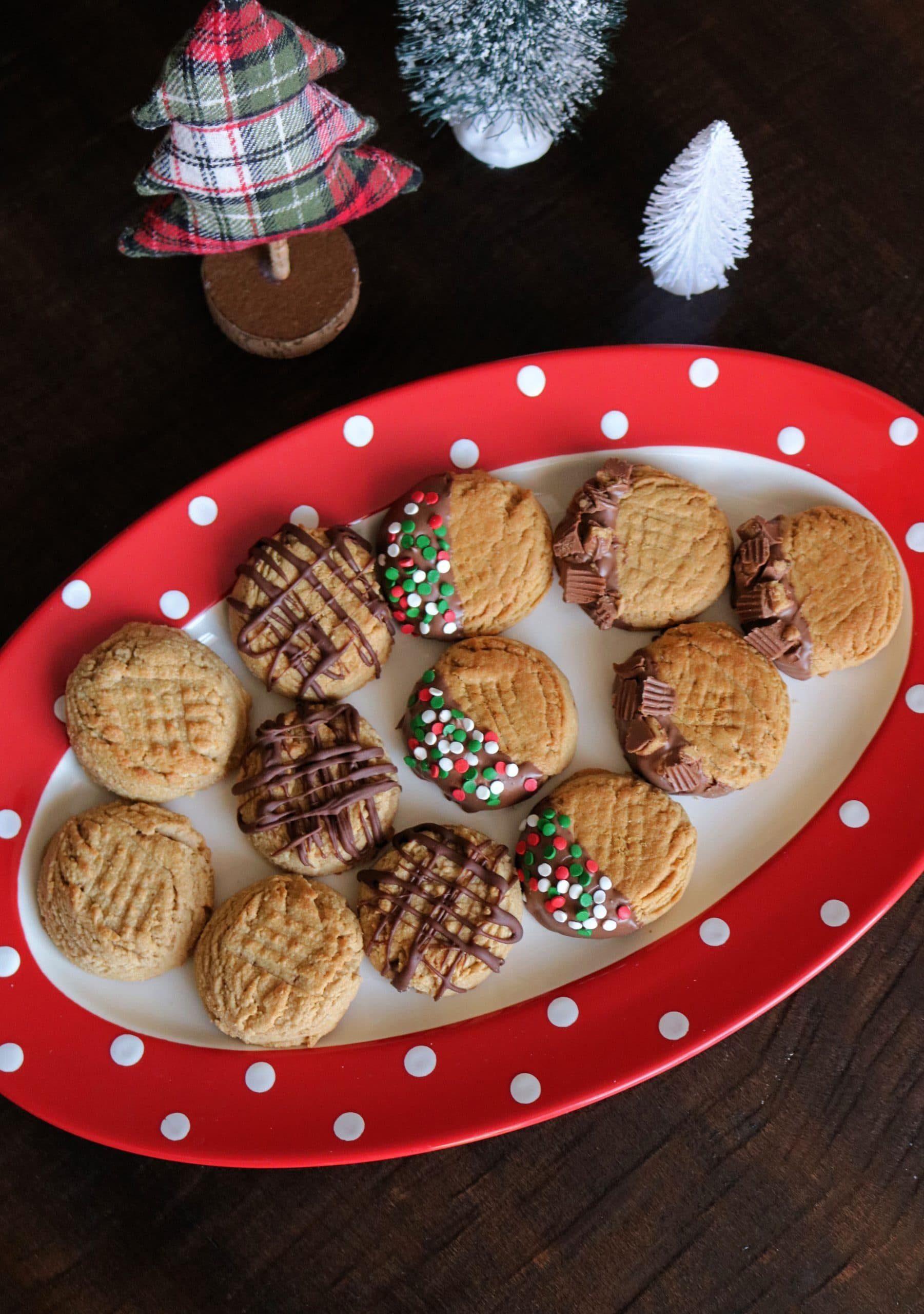These delicious peanut butter Christmas cookies are a peanut butter lovers favorite cookie and perfect for cookie exchanges. Decorate these peanut butter cookies with chocolate, sprinkles, peanut butter cups, and more! #peanutbuttercookies #christmascookies #peanutbutter #cookies #christmasbaking
