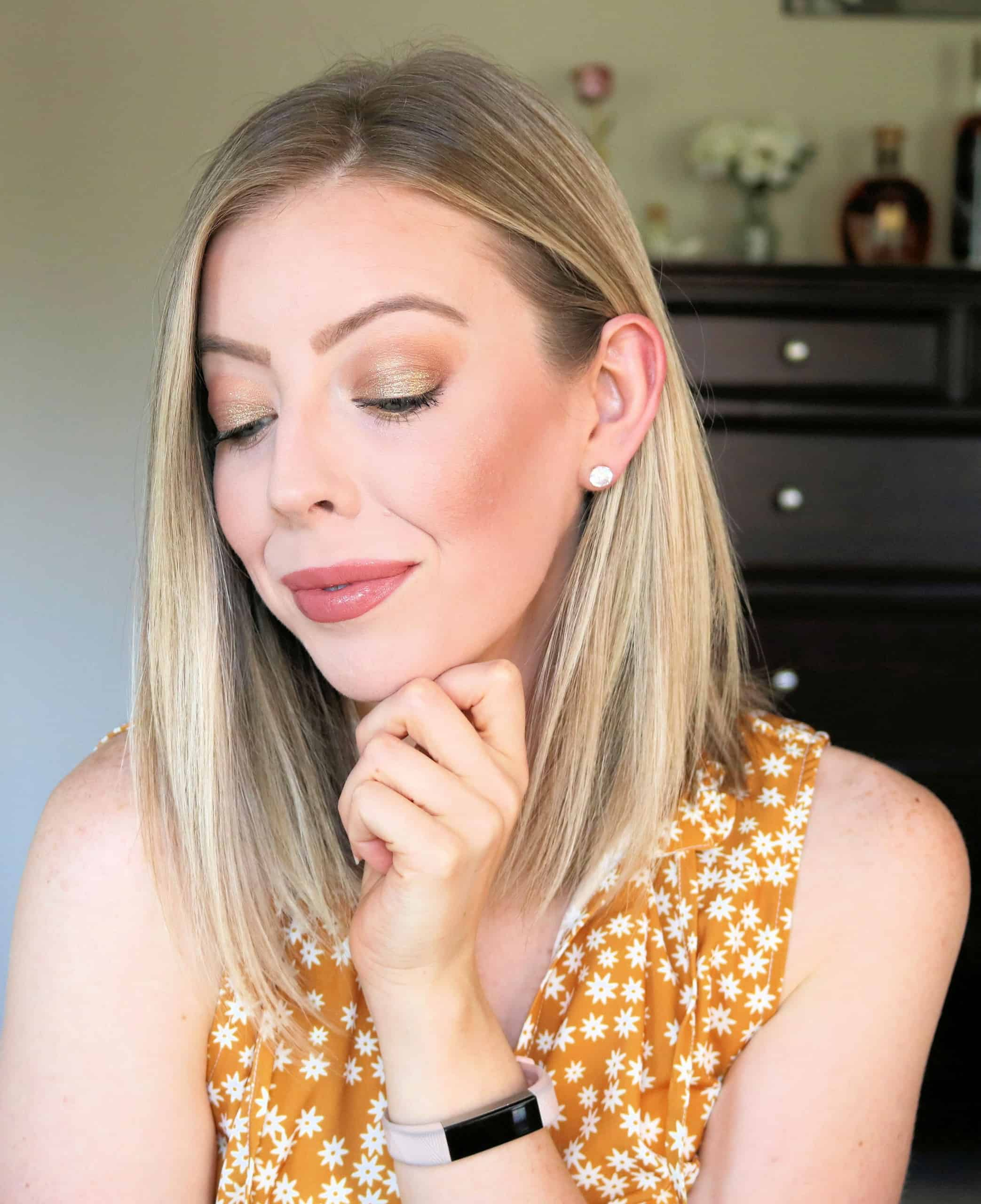 Get your glow on this Summer with this gorgeous sunkissed gold eye makeup look using the Physicians Formula The Gold Vault 24-Karat Gold Collagen Face Palette. This gold and bronze makeup look is such a fun and easy summer makeup look! #ad #physiciansformula #24KaratCollection #makeuplook #makeuptutorial #summermakeup #goldeyemakeup
