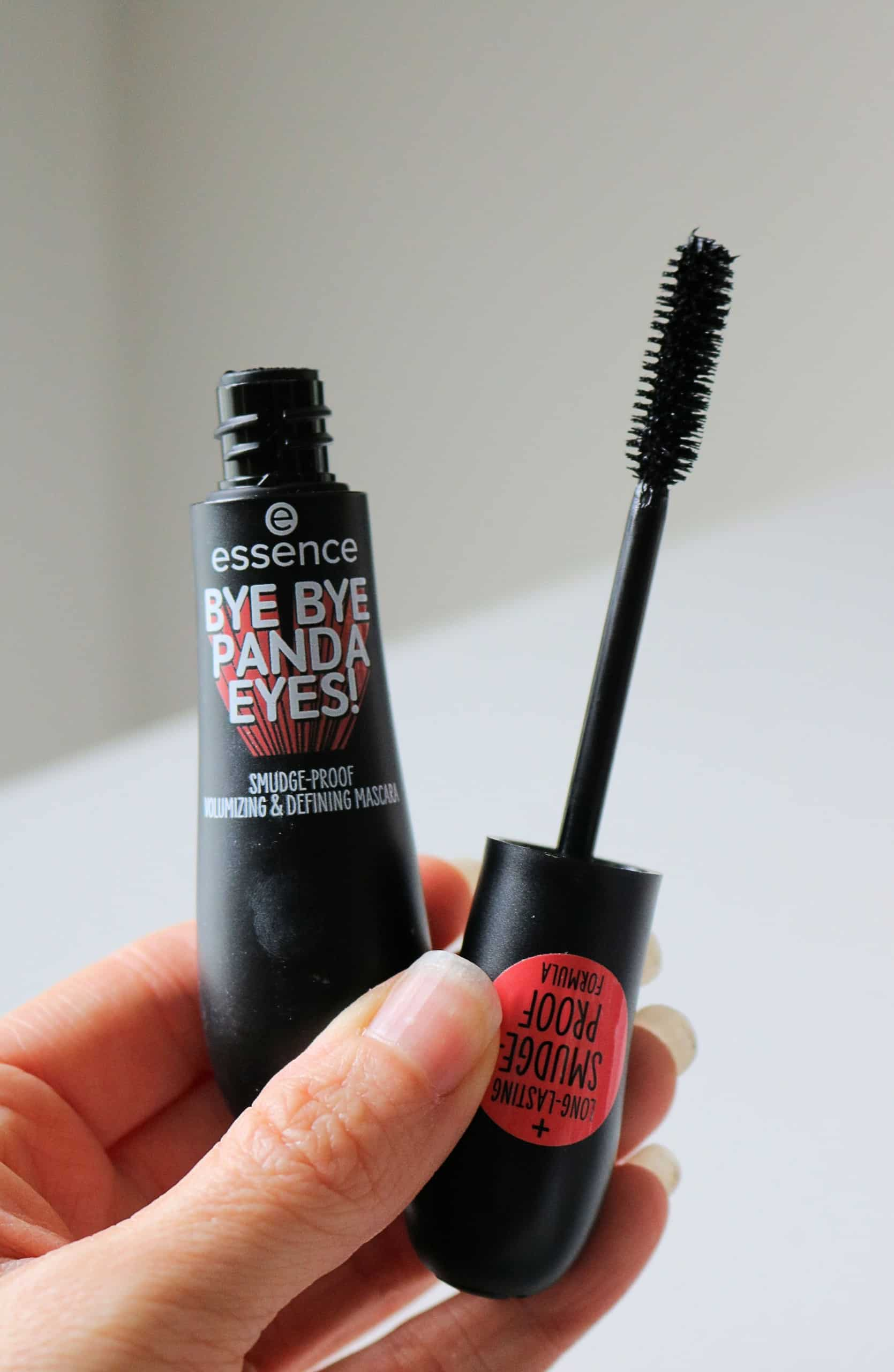 Looking for the best drugstore mascaras? Check out my list of the 6 Best Drugstore Mascaras for lengthening, curling, and adding volume to short lashes. These affordable drugstore mascaras are better than high end mascaras and cost less than $11 each! #drugstoremascaras #drugstoremakeup #mascara #bestmakeup